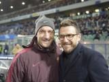 VIDEO – Totti show in panchina: palleggia con un bimbo e fa uno scherzo a Pjanic