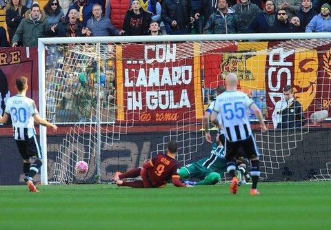 udinese__roma-dzeko-tiro-gol-tifosi