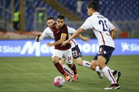 Roma's Iago Falque, center, tries to dribbles past Bologna's Luca Rizzo, left, and Bologna's ?Adam Masina during their Serie A soccer match between Roma and Bologna, in Rome's Olympic stadium, Monday, April 11, 2016. (AP Photo/Gregorio Borgia)