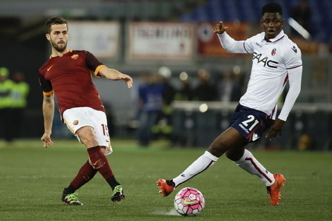 Roma's Miralem Pjanic, left, and Bologna's ?Amadou Diawara vie for the ball during their Serie A soccer match between Roma and Bologna, in Rome's Olympic stadium, Monday, April 11, 2016. (AP Photo/Gregorio Borgia)