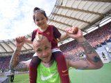 "Nainggolan e la piccola figlia Aysha cantano ""Roma, Roma, Roma"" al karaoke – VIDEO"