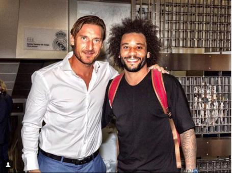 Il figlio di Marcelo in posa con la divisa della Roma, Totti: